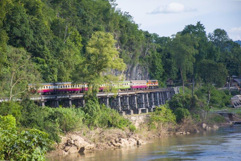 Het Thaise treinen lopen op dood de rivier van spoorwegovergangkwai in Kanchanaburi stock fotografie