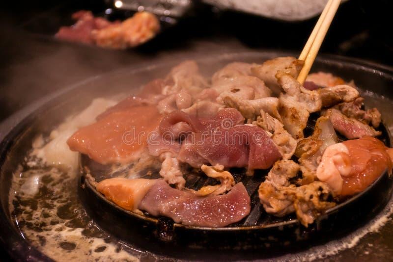 Het Thaise Varkensvlees van de barbecuegrill op heet panbuffet, moo-Gata Varkensvleespan het is traditionele Thaise stijlbbq royalty-vrije stock afbeeldingen