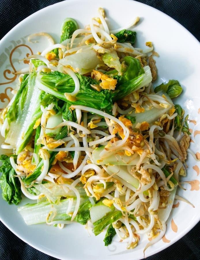 Het Thaise voedsel beweegt gebraden gerecht Guangdong Taiwan en Spruiten met ei stock foto