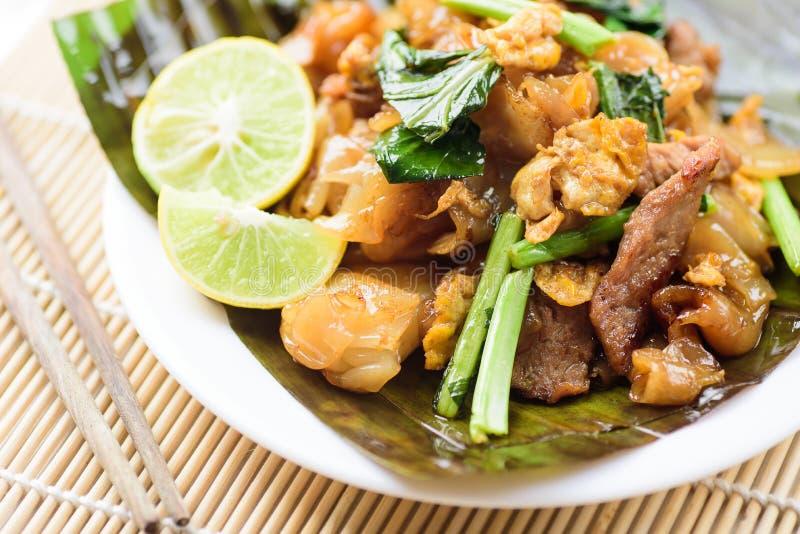 Het Thaise voedsel, beweegt gebraden rijstnoedels in sojasausstootkussen ziet Ew royalty-vrije stock afbeelding