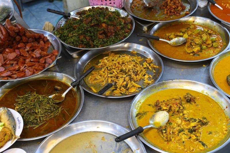 Het Thaise voedsel dat in een plaat wordt voorbereid voor verkoopt in straatvoedsel stock foto