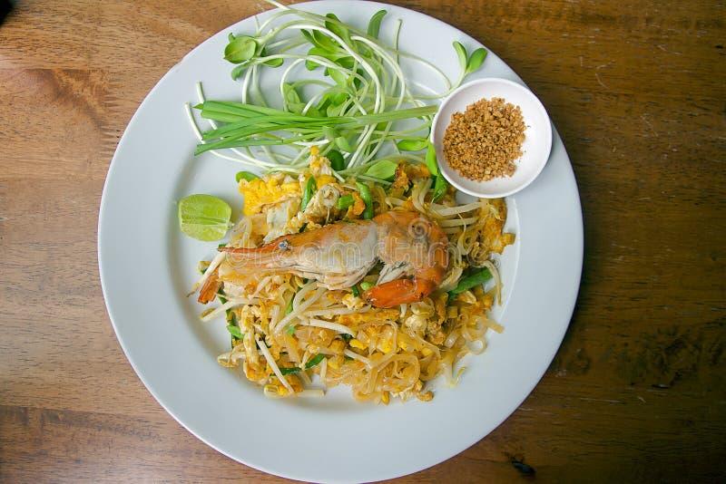 Het Thaise voedselstootkussen Thai, beweegt gebraden gerechtnoedels met garnalen op witte plaat royalty-vrije stock foto's