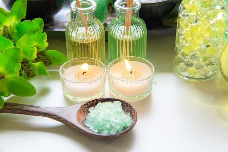 Het Thaise zout van de het aromatherapie van Kuuroordbehandelingen en de aard groene suiker schrobben en de steenmassage met groe royalty-vrije stock afbeelding