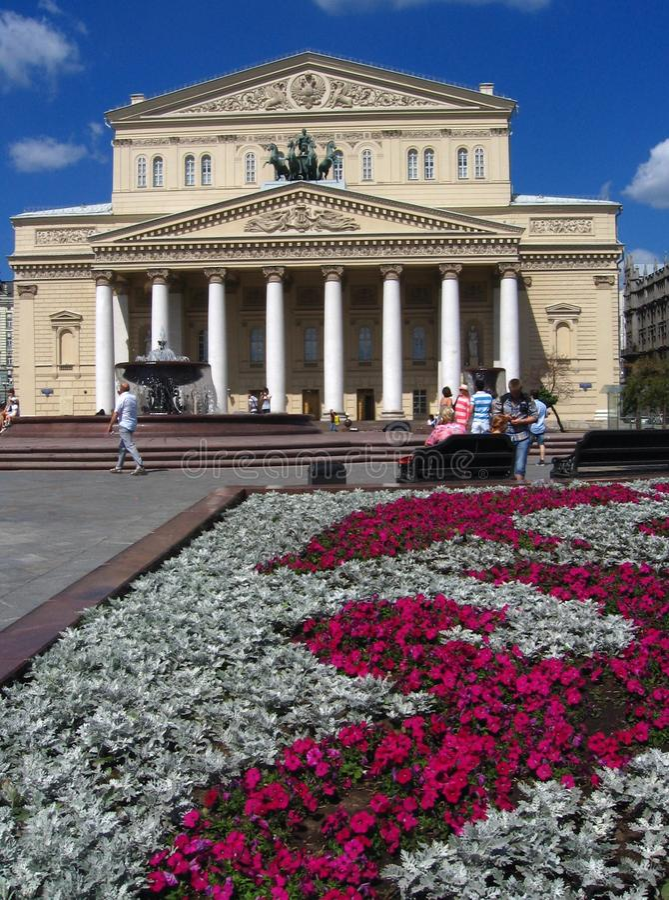 Het theater van Bolshoi in Moskou Het theatervierkant wordt verfraaid door bloemen stock afbeeldingen