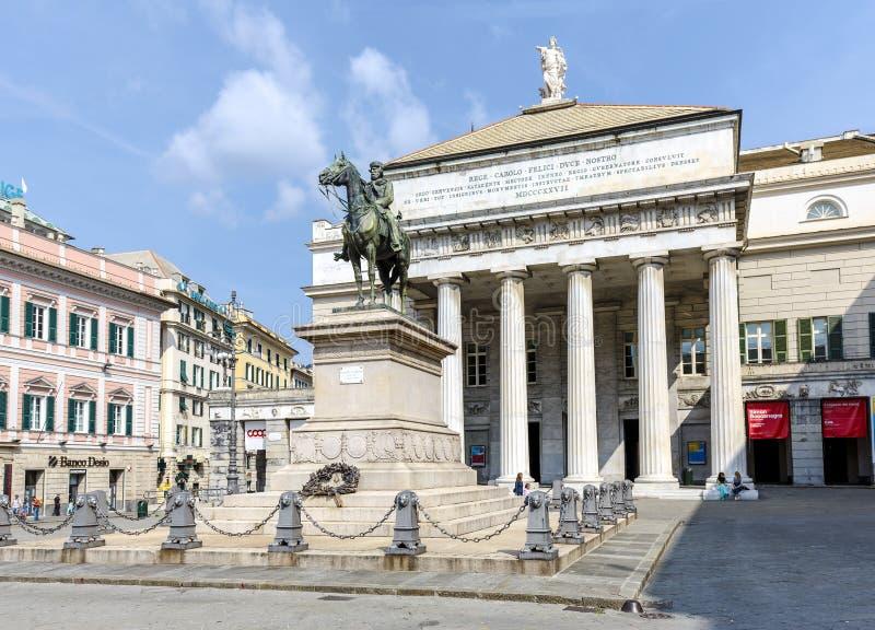 Het Theater van Garibaldi Statue en van de Opera in Genua, Italië stock foto's
