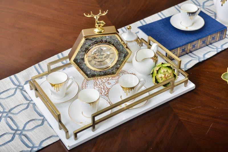 Het theestel decoratief artikel van het woonkamertoestel bij het dinning van ruimtelijst stock afbeelding