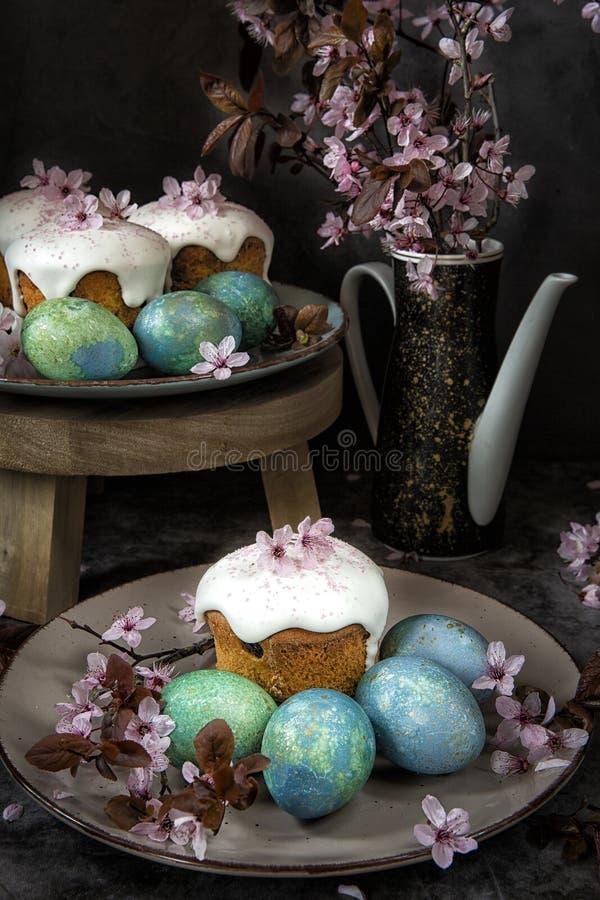 Het thema van de lente Het brood en de eieren van Pasen met bloeiende takjes stock foto's