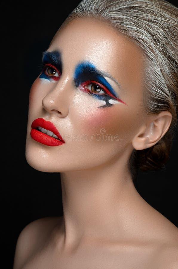 Het thema van de make-upkunst: het mooie meisje met blauwe en rode samenstelling en het witte haar op dark isoleerden achtergrond royalty-vrije stock afbeeldingen