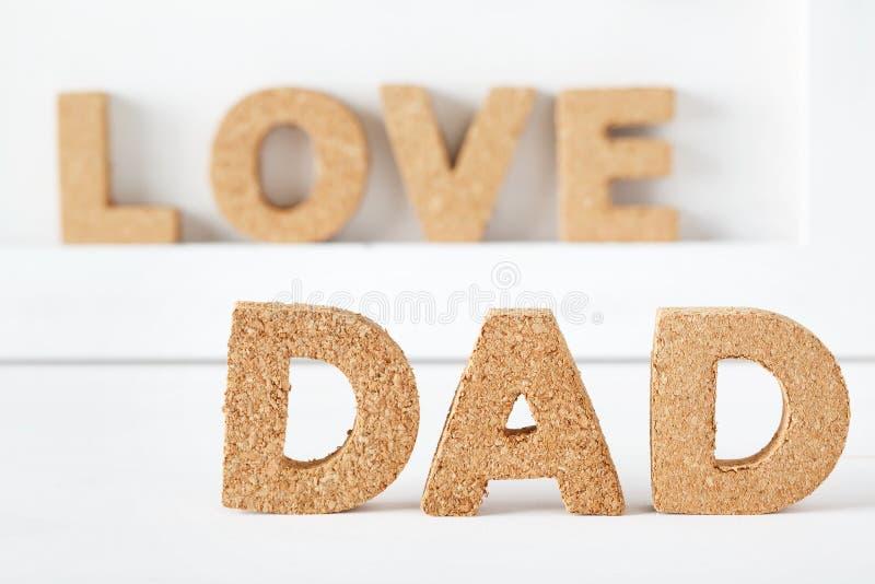 Het thema van de vaderdagviering met DAD cork brieven stock foto's