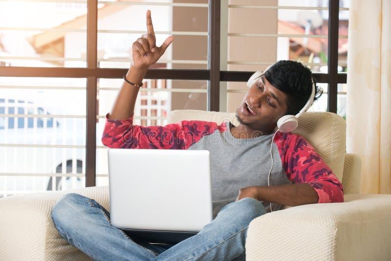 Het tiener Indische mannelijke luisteren stock foto's