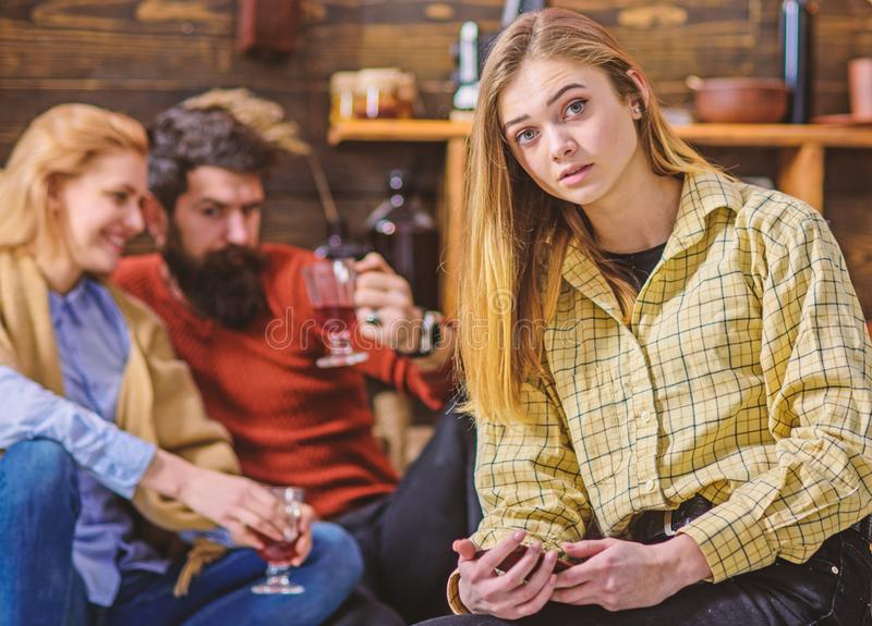 Het tienerwijfje met modieus oog knipoogt en shinning blond haar die jongensachtige uitrusting, het concept van de de jeugdmanier royalty-vrije stock afbeeldingen