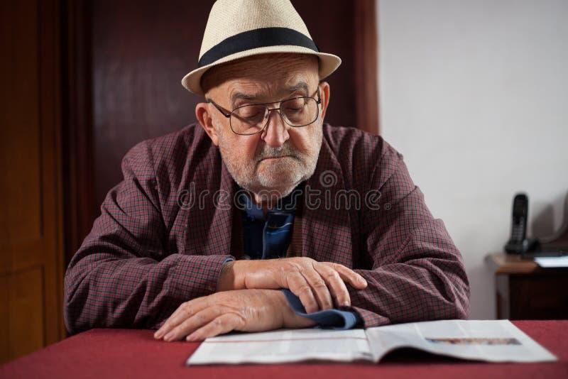 Het tijdschrift van de gepensioneerdelezing stock afbeeldingen