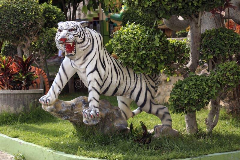 Het tijgerstandbeeld wordt gevestigd binnen de tempel stock afbeelding