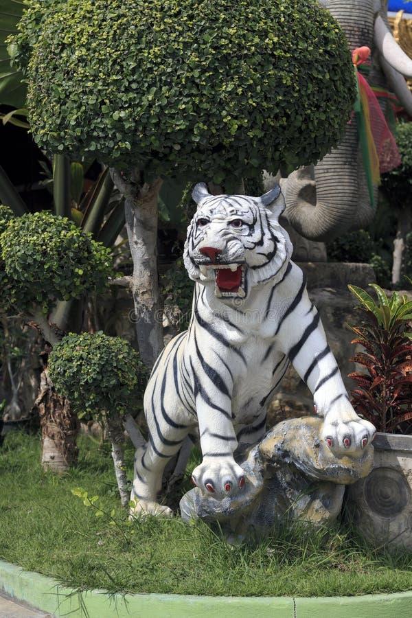Het tijgerstandbeeld wordt gevestigd binnen de tempel royalty-vrije stock afbeeldingen