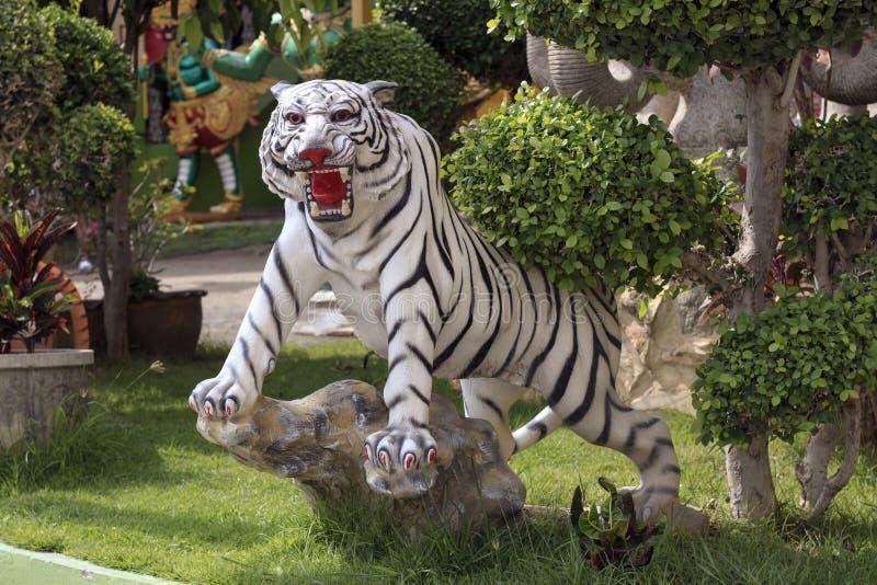Het tijgerstandbeeld wordt gevestigd binnen de tempel royalty-vrije stock foto
