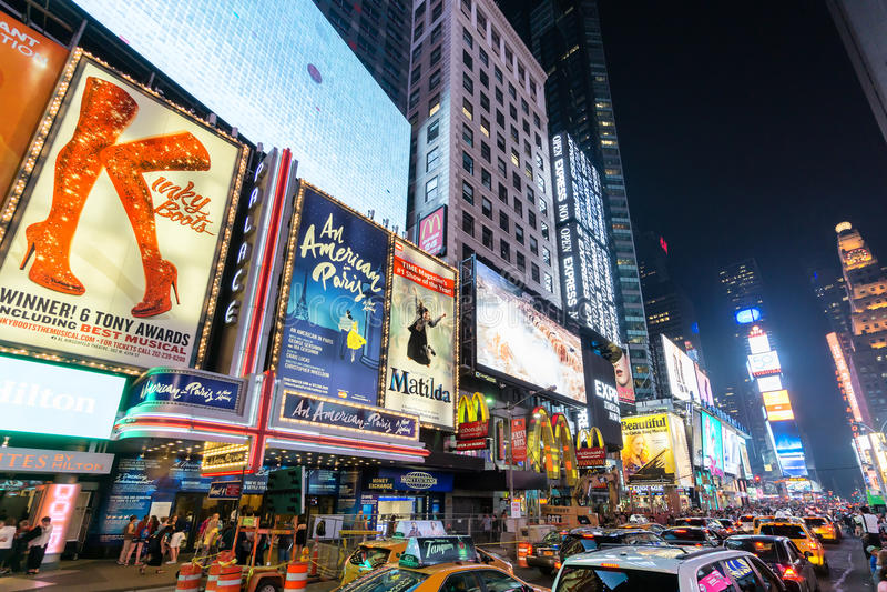 Het Times Square bij nacht die aangestoken aanplakborden van broadway best kenmerken toont royalty-vrije stock foto