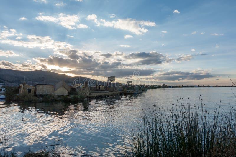 Het titicacameer en zijn drijvende dorpen royalty-vrije stock afbeeldingen