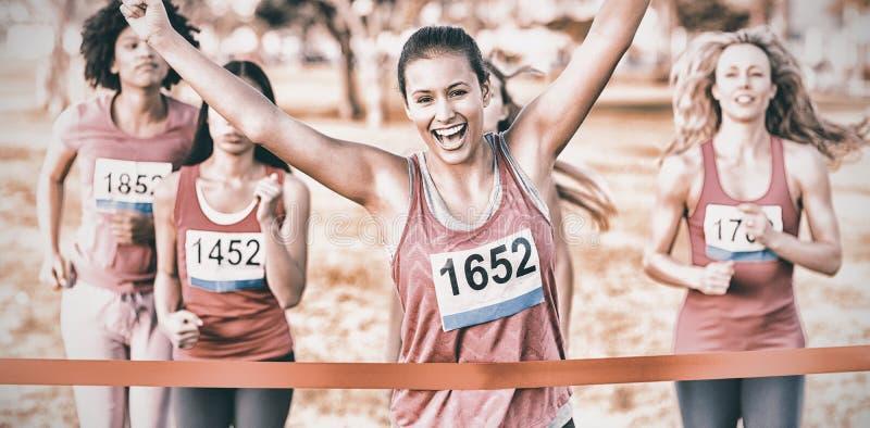 Het toejuichen van de donkerbruine het winnen marathon van borstkanker royalty-vrije stock foto's