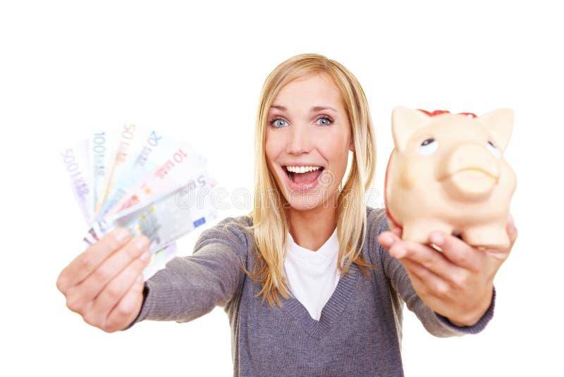 Het toejuichen van de vrouw met geld stock foto