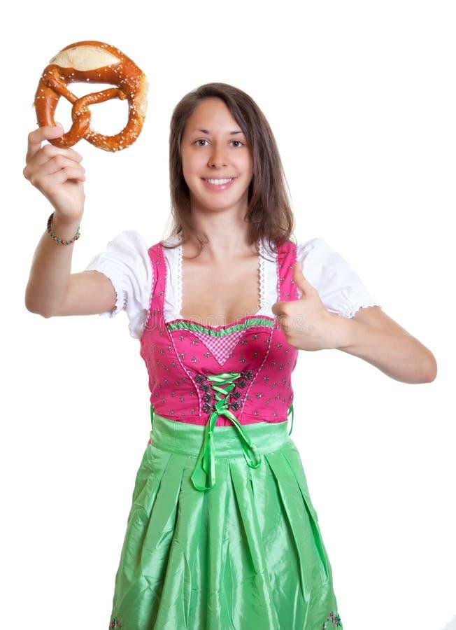 Het toejuichen van vrouw met bruin haar en pretzel van Beieren royalty-vrije stock fotografie