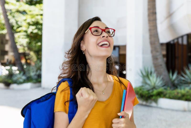 Het toejuichen van vrouwelijk student overgegaan examen stock afbeeldingen