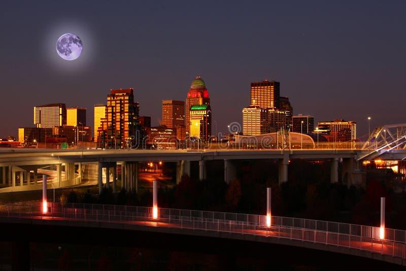 Het toenemen maan boven Louisville, Kentucky stock afbeelding
