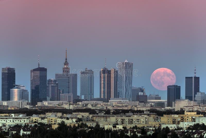 Het toenemen maan over de stad van Warshau, Polen royalty-vrije stock foto