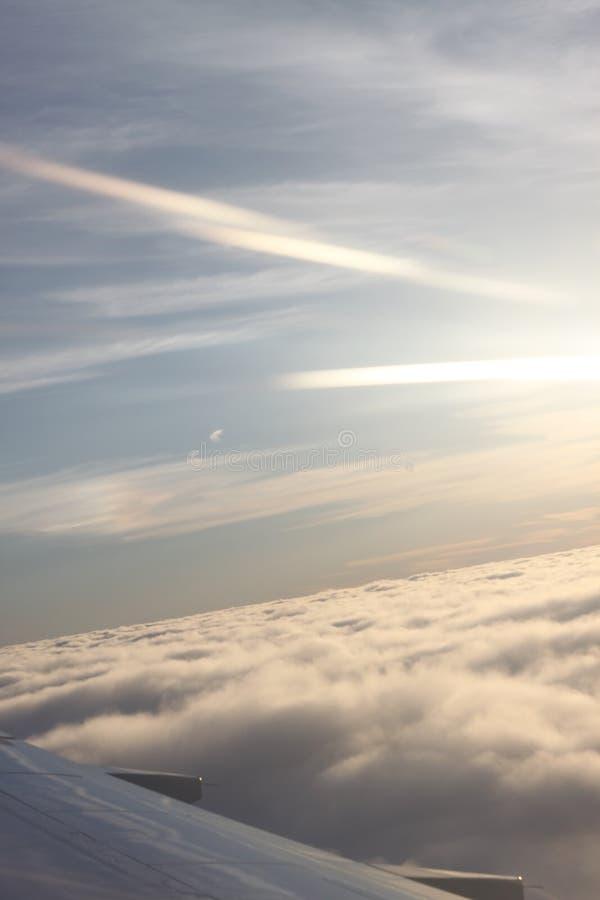 Het toenemen over de wolken stock foto