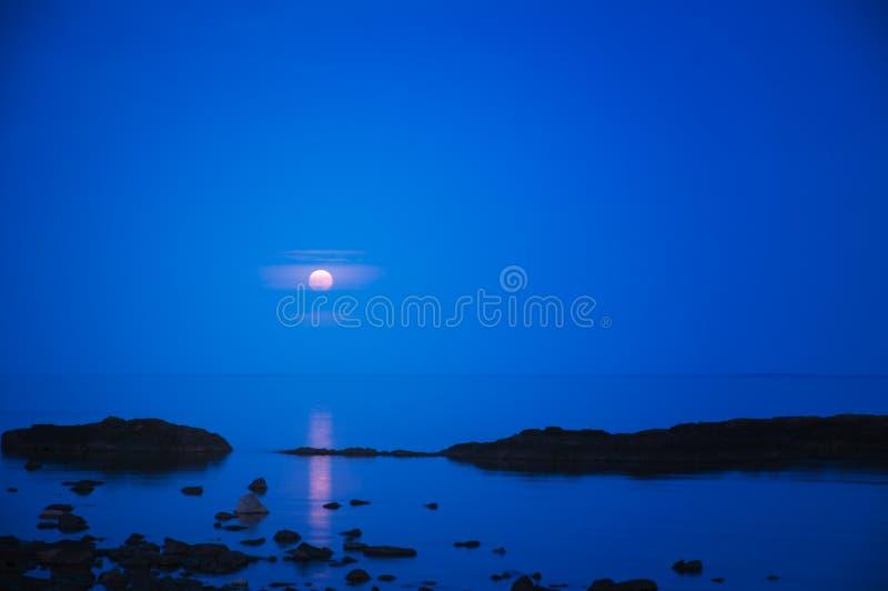 Het Toenemen van de volle maan royalty-vrije stock afbeelding