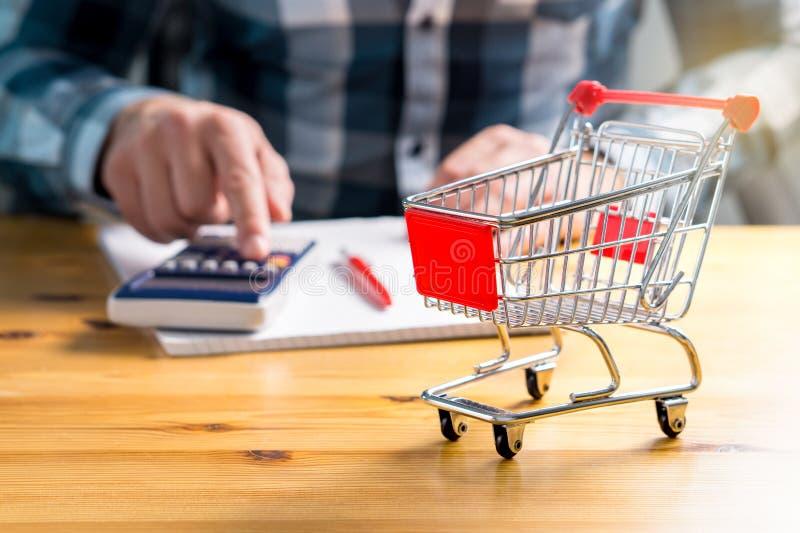 Het toenemen voedsel en kruidenierswinkelopslagprijzen en kosten van levensonderhoud concept stock fotografie