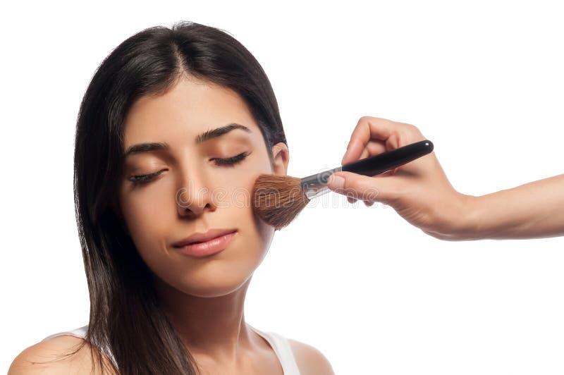 Het toepassen van Make-up en bloost royalty-vrije stock afbeelding