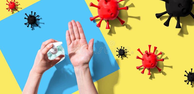 Het toepassen van sanitizer gel met epidemische influenza concept royalty-vrije stock foto