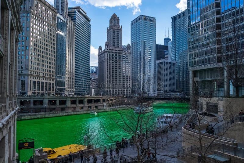 Het toerisme in de lente als watertaxis begint met het seizoen op een verven-groene Rivier van Chicago royalty-vrije stock foto's