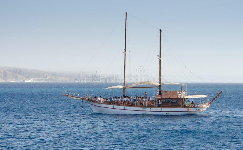 Het toeristenjacht in baai van Eilat israël stock afbeeldingen
