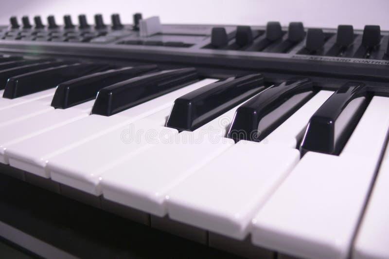 Het toetsenbord dichte omhooggaand van Midi. Het broodje van de piano. stock foto