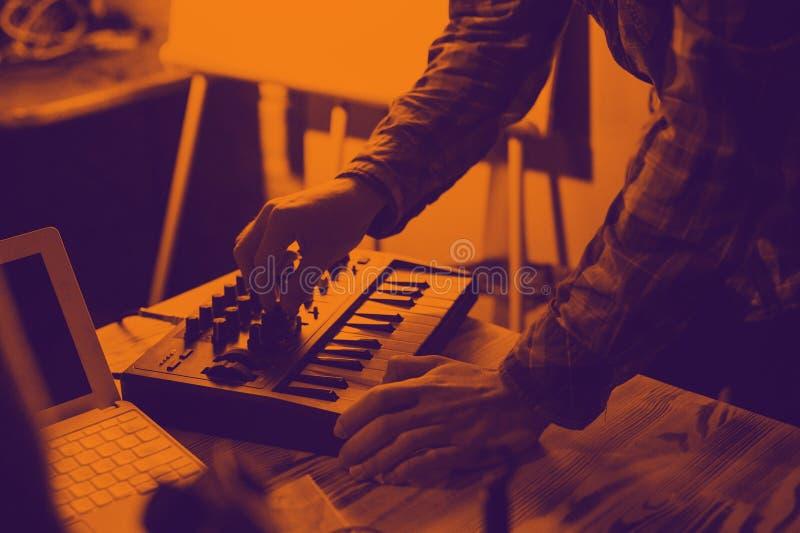 Het toetsenbord en laptop van Midi - het proces om muziek te registreren stock foto's