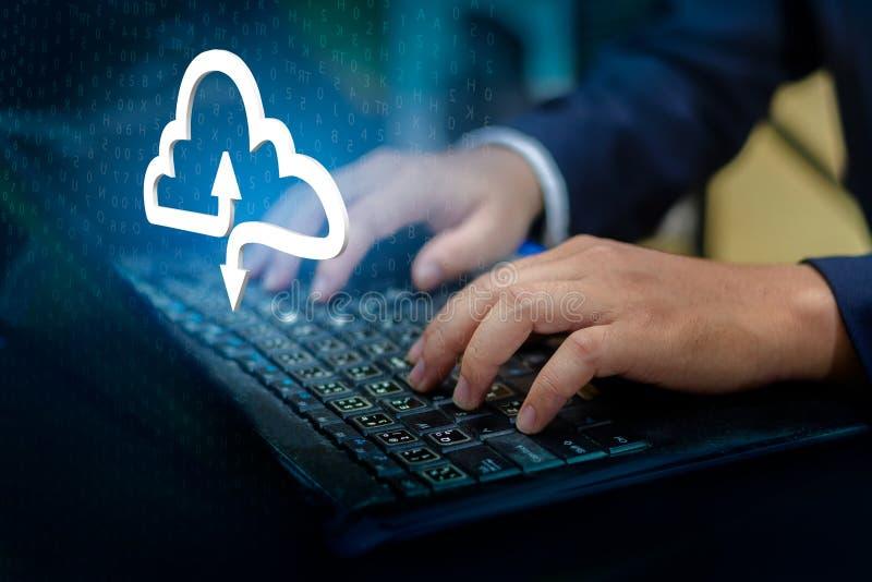 Het toetsenbord van de handdruk drukt ingaat knoop op de zakenman van de computerhand verbindt Wolk verzamelt gegevenswolk gegeve royalty-vrije stock afbeelding