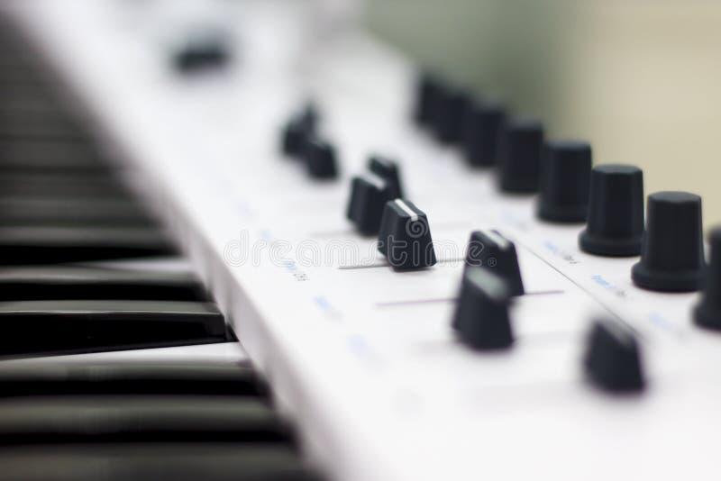 Het toetsenbord van Midi is wit close-up Moderne elektronische muziek, studiomateriaal royalty-vrije stock afbeeldingen