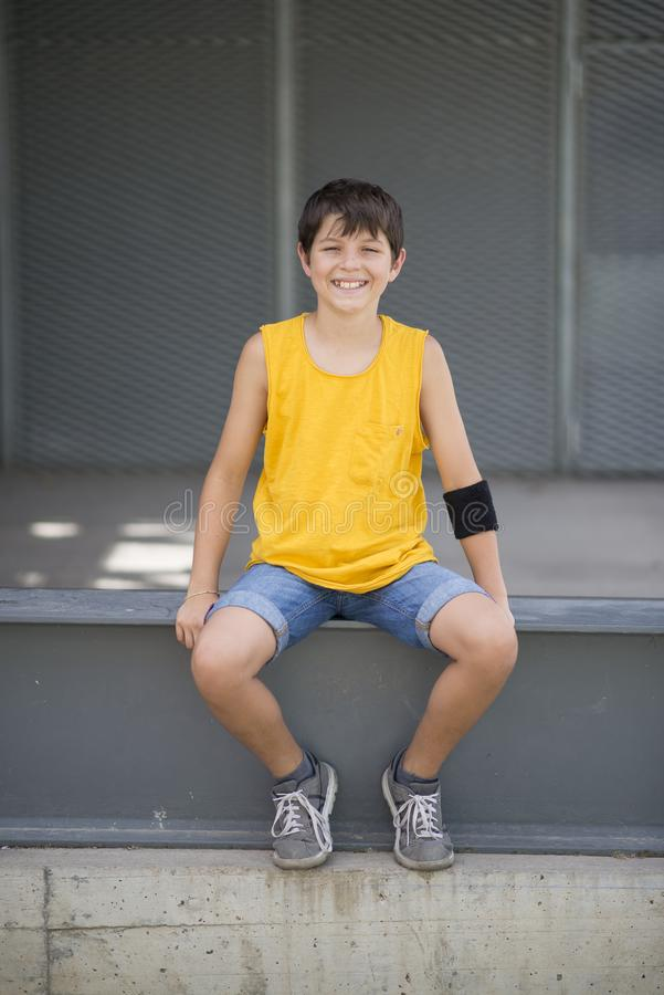 Het toevallige geklede jonge het glimlachen portret van de tienerschaatser in openlucht stock fotografie