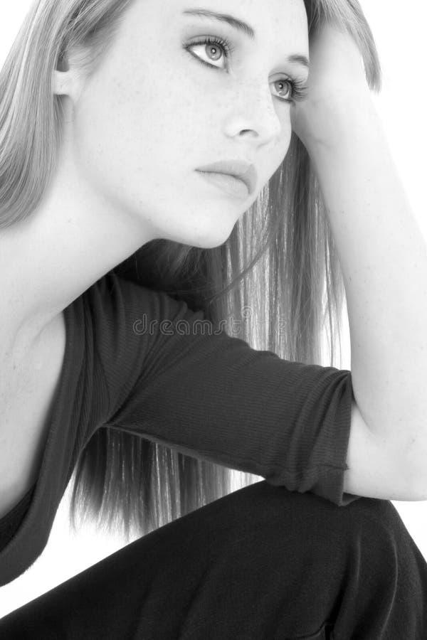 Het toevallige Portret van het Meisje van de Tiener in Zwart-wit royalty-vrije stock foto