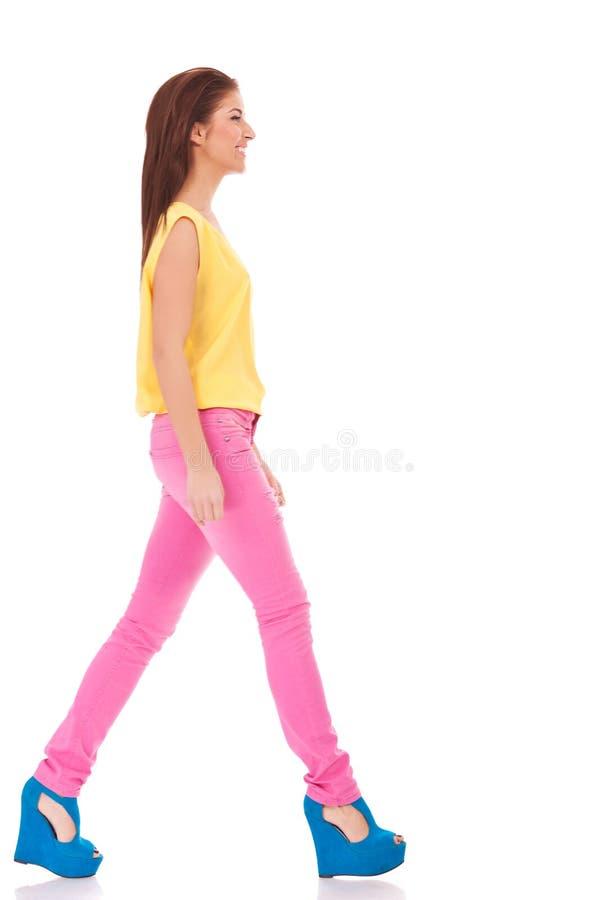 Het toevallige vrouw lopen stock afbeelding