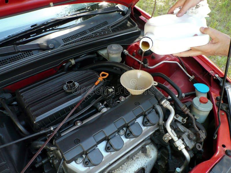 Het toevoegen van de Olie van de Motor aan Auto royalty-vrije stock afbeelding