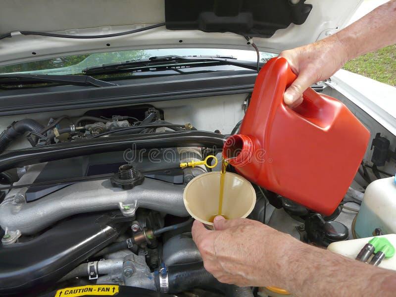 Het toevoegen van de Olie van de Motor aan Auto royalty-vrije stock foto