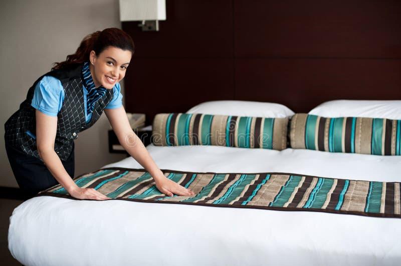 Het toevoegen van definitieve aanrakingen aan slaapkamer stock foto