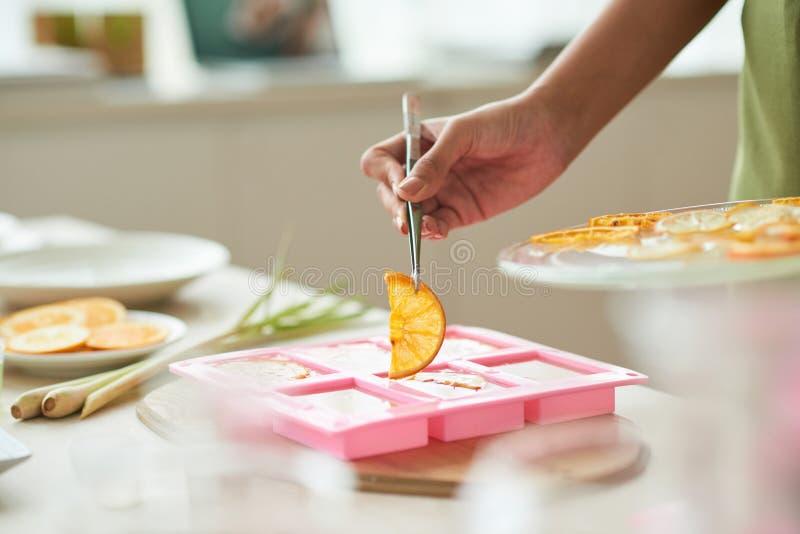 Het toevoegen van sinaasappel voor decoratie royalty-vrije stock foto's