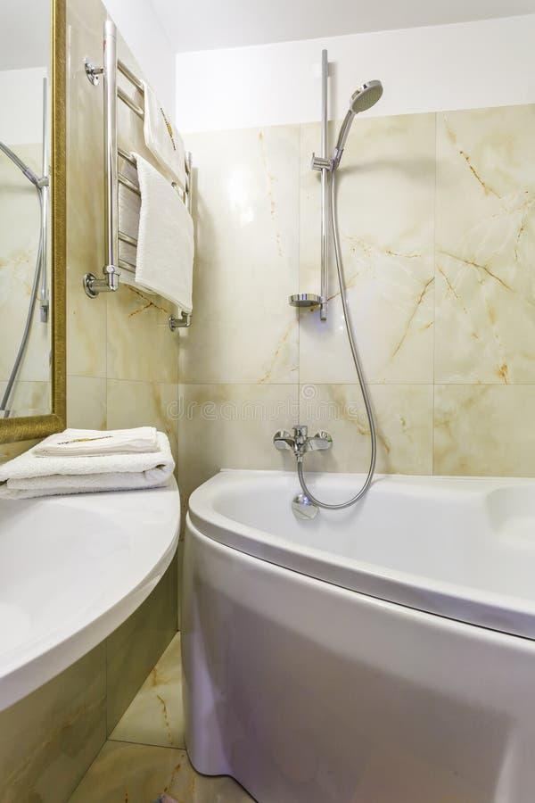 Het toilet en het detail van een cabine van de hoekdouche met muur zetten de badkamers ¿ ½ ï ¿ ½ van de douchegehechtheid ï van h stock foto