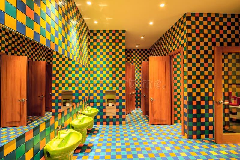 Het toilet van de het kinderdagverblijfruimte van het Marriotthotel met zijn kleurrijk binnenland wordt uitgevoerd in modern orig stock afbeelding