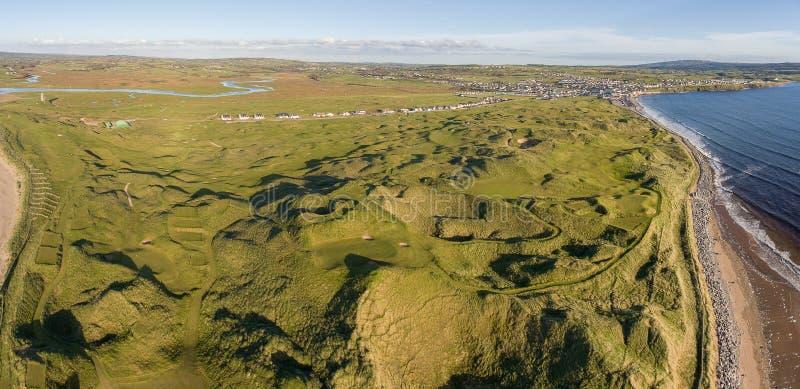 Het toneel lucht panoramische Ierse landschap van het vogelsoog van lahinch in provincie Clare, Ierland mooie lahinchstrand en go royalty-vrije stock foto