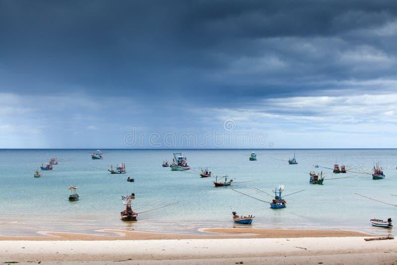 Het toneelleven van de zeegezichtvisser, heel wat traditionele visserij houten boot in het overzees, onweer is komende achtergron stock afbeelding