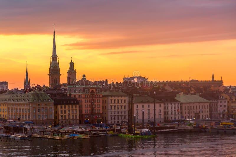 Het toneelpanorama van de de zomerzonsondergang van de Oude architectuur van Stadsgamla Stan in Stockholm, Zweden royalty-vrije stock afbeeldingen